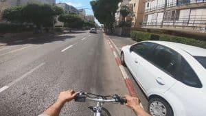 רכיבה על אופניים צמוד למדרכה