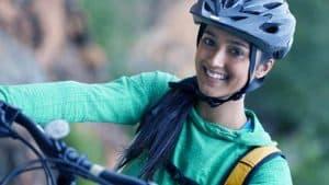 נערה על אופניים חובשת קסדה