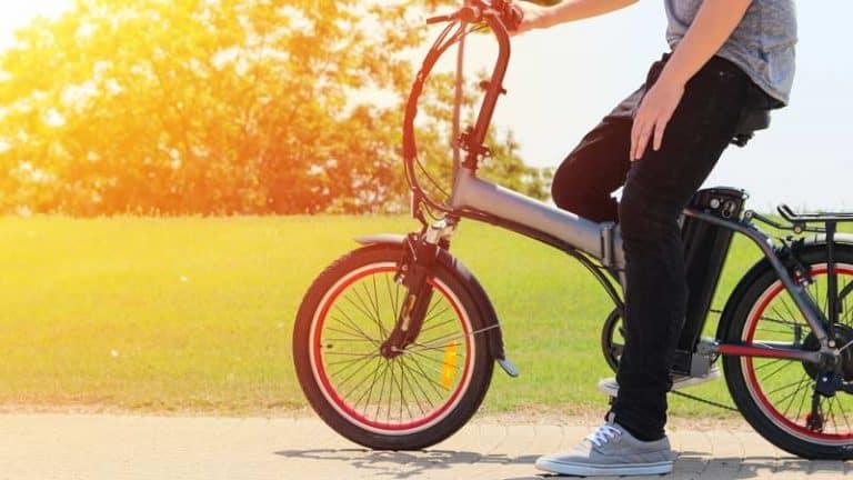 בחור על אופניים חשמליים על רקע פארק