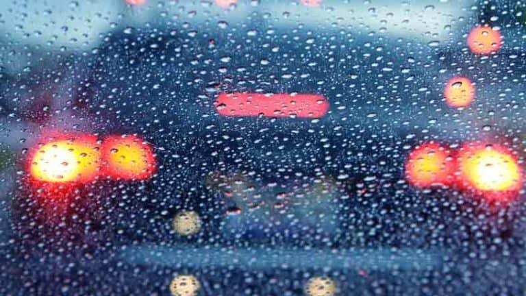 אורות של רכב בגשם