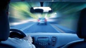 ידיים אוחזות בהגה ברכב מאיץ