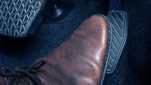 רגל בנעל חומה לוחצת על דוושת גז