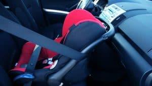 מושב בטיחות במושב הקדמי ברכב