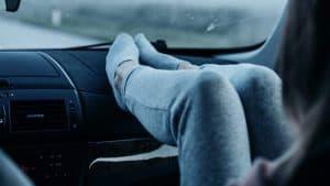 רגליים למעלה על הדשבורד ליד הנהג