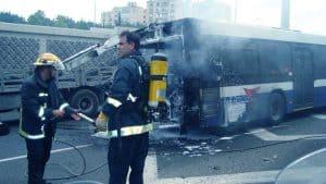 אוטובוס עולה באש ולידו כבאים