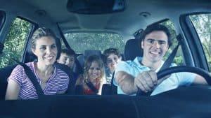 משפחה ברכב עם חגורות בטיחות