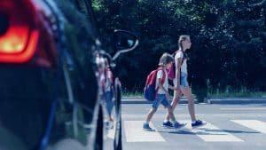 ילדים חוצים במעבר חצייה