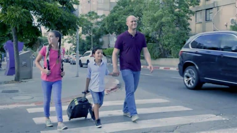 הורה וילדים חוצים כביש
