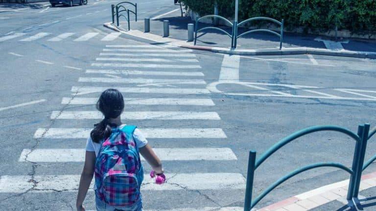 ילדה מתכוננת לעבור מעבר חצייה לא מרומזר