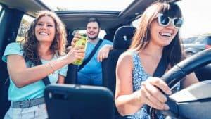 צעירים נוסעים ברכב