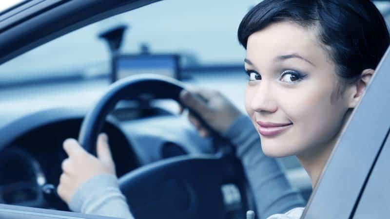 בחורה צעירה נוהגת