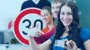 נערה עם כרטיס רישיון נהיגה