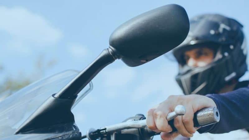 רוכב על אופנוע מסתכל במראה