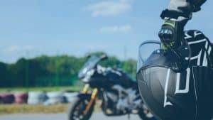 רוכב אופנוע מחזיק קסדה