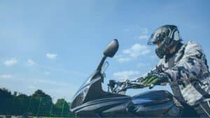 רוכב אופנוע לבוש בציוד מיגון