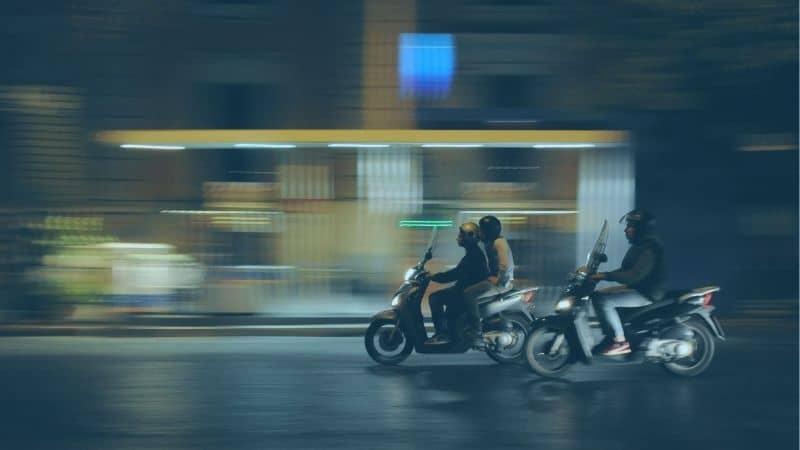 רוכבי אופנוע בחושך
