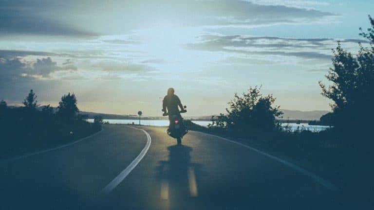 אופנוע רוכב בעיקול בכביש