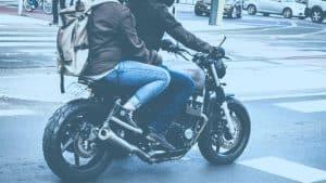 שני אנשים רוכבים יחד על אופנוע