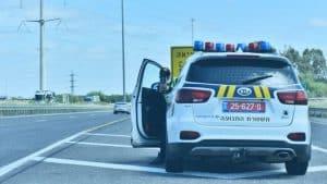 שוטר מבצע אכיפה של מהירות עם מד לייזר