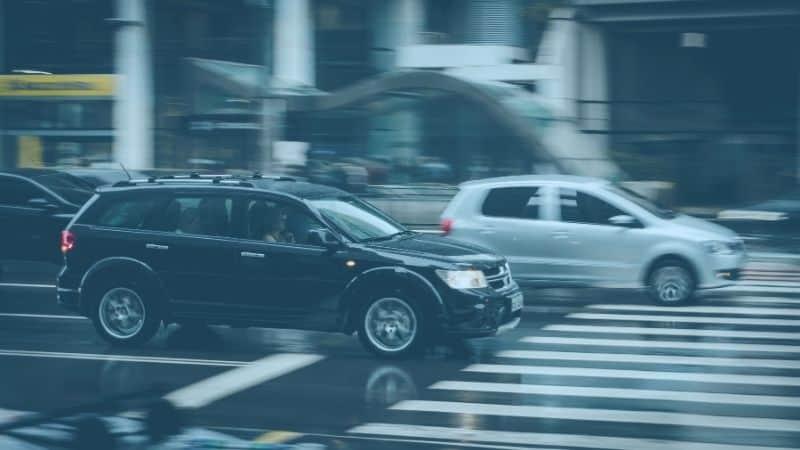 מכוניות בתנועה לקראת מעבר חצייה