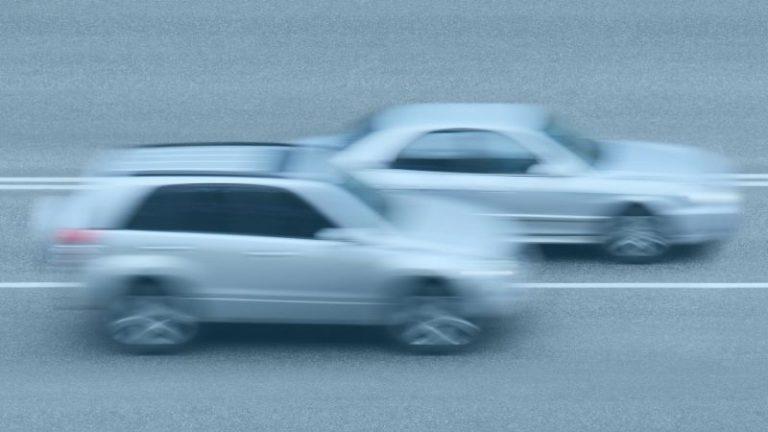 רכבים נוהגים במהירות מופרזת