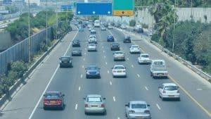 כביש מרכזים עם הרבה רכבים