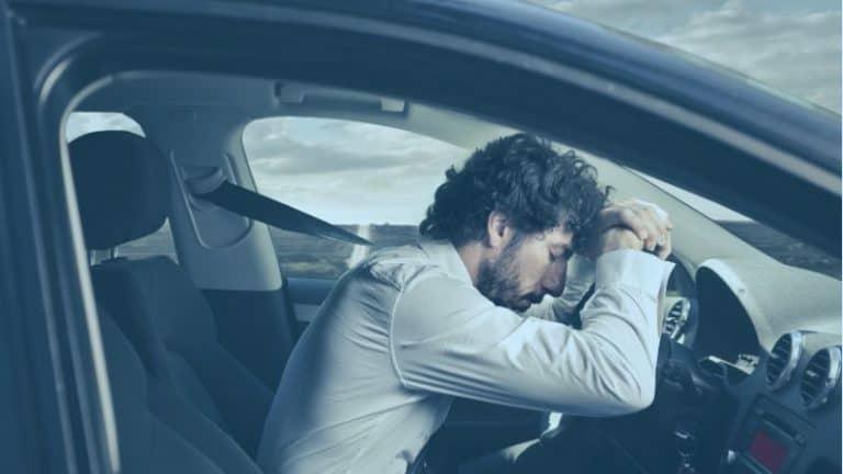 בחור נרדם בנהיגה ברכב מחומם