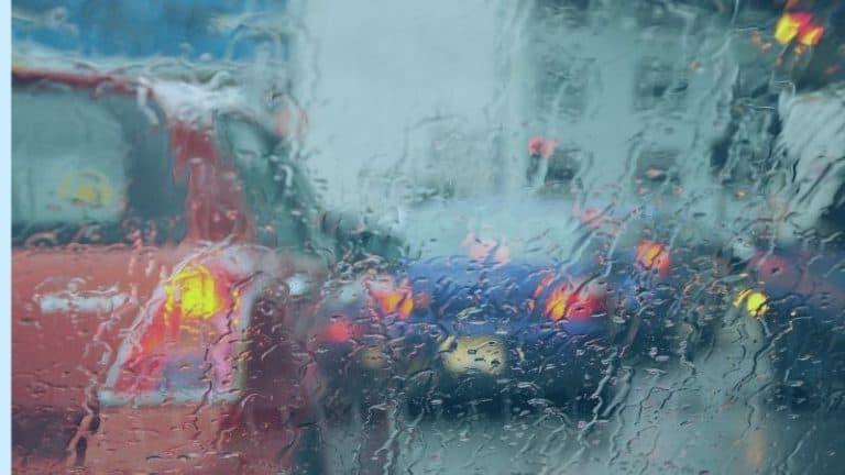 רכבים בגשם