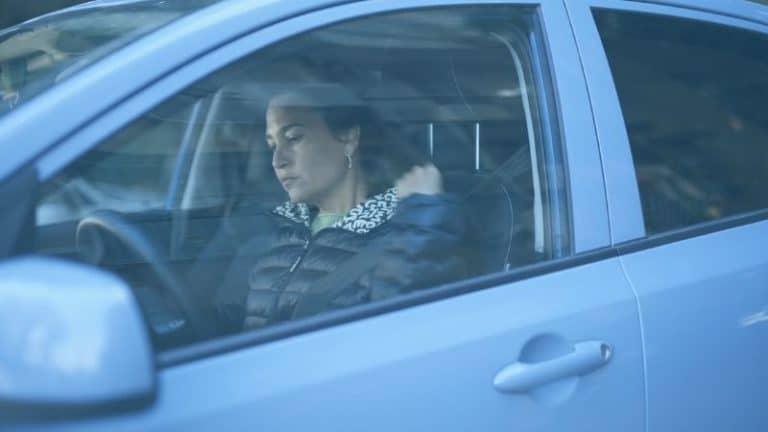 אישה ברכב חוגרת לבושה במעיל