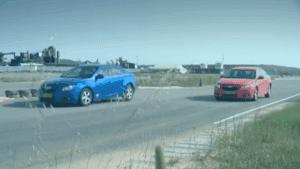 שתי מכוניות במרחק זה מזו