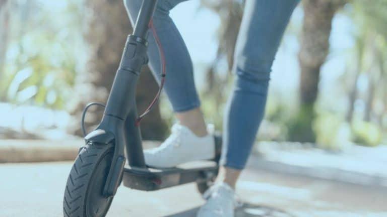 רוכבת קורקינט חשמלי