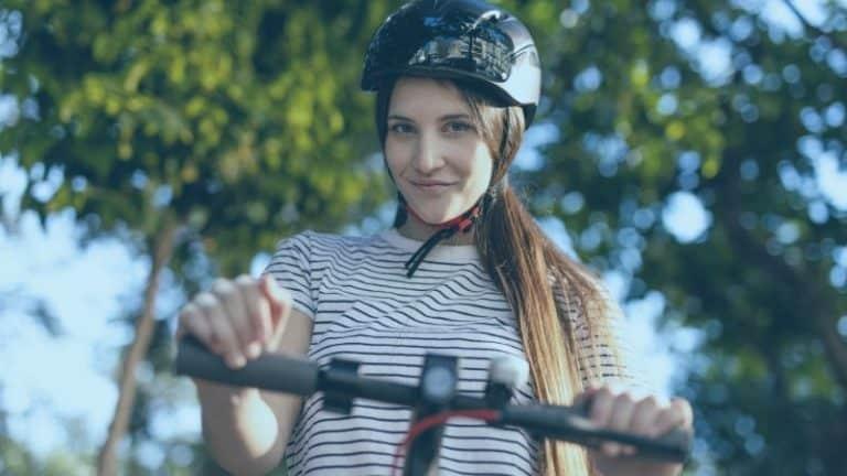 בחורה עם קסדה על קורקינט חשמלי