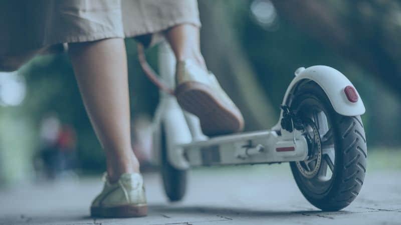 בחורה רוכבת על קורקינט חשמלי