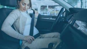 אישה בהריון חוגרת חגורת בטיחות