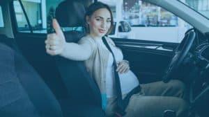 אישה בהריון חגורה ברכב