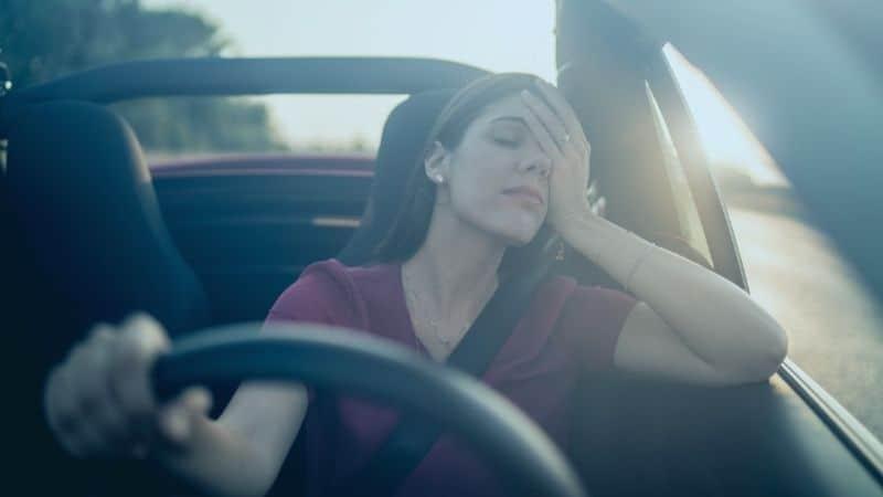 אישה עייפה נוהגת
